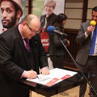 Nils Busch-Petersen bei der Unterzeichnung des HBB-Sonderpreises.