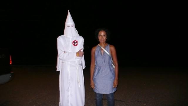 Mo Asumang im Gespräch mit einem maskierten Ku-Klux-Klan Mitglied