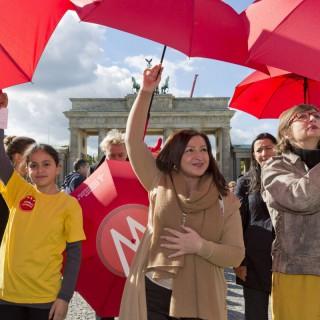 Dilekt Kolat, Doro Zinke und Eren Ünsal halten gemeinsam mit den Respektfreunden den Schutzschirm der Demokratie hoch.