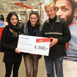 Christof Struhk, Geschäftsführer der Modulor GmbH in Kreuzberg übergibt den Preis.