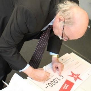 Prof. Dr. Andreas Nachama bei der Unterzeichnung des Preises.