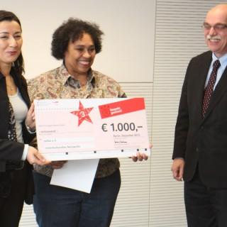 Die Vertreterinnen des Vereins Joliba e.V. freuen sich über den Preis.