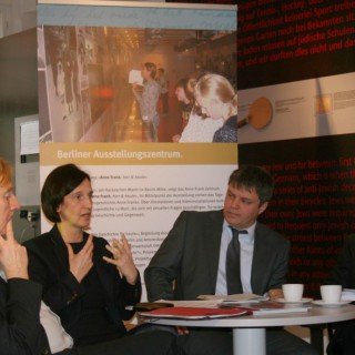 Berlins Senatorin für Integration, Arbeit und Soziales, 2010, Carola Bluhm im Anne Frank Zentrum, Berlin-Mitte über die Auseinandersetzung mit alten und neuen Formen des Antisemitismus.