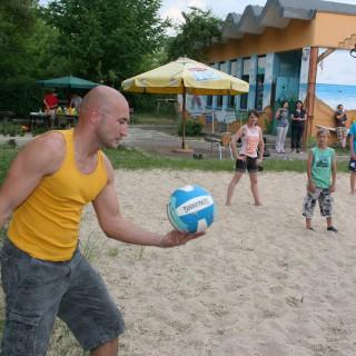 Eine Partie Beach-Volleyball mit dem Comedian Murat Topal bricht das Eis.