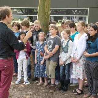Schülerinnen und Schüler der Löcknitz Grundschule beschriften jedes Jahr Denk-Steine mit den Namen ehemaliger jüdischer Mitbürger und fügen diese in einer feierlichen Zeremonie in eine beständig wachsende Gedenkmauer ein.