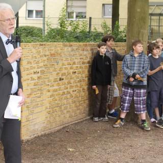 Schülerinnen und Schüler der Löcknitz Grundschule bei der feierlichen Zeremonie zur wachsenden Gedenkmauer.