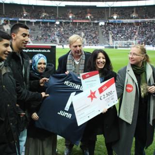 Respekt-gewinnt-Preisverleihung 2011, Berliner Olympiastadion, Hertha BSC, Günther Piening, Integrationsbeauftragter des Berliner Senats mit den Preisträgern