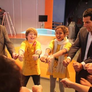 """Mitri Sirin, Moderator ZDF Morgenmagazin, Mitglied im Berliner Ratschlag für Demokratie, im MOMA-Studio mit den Preisträger-Kindern des Projekts """"BEIspielhaft""""."""