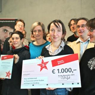 """Stiftung Topographie des Terrors, Team """"Wege und Widerstand"""" nimmt den dritten Preis beim Projektwettbewerb """"Respekt gewinnt!"""", 2011, entgegen."""