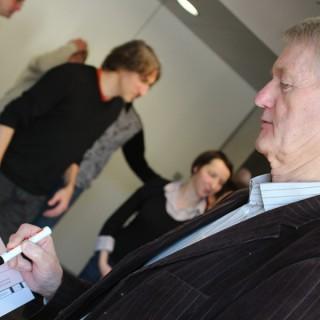 Helmut Lölhöffel, Koordinator des Stolpersteinprojektes in Charlottenburg-Wilmersdorf bei der Unterzeichnung des dritten Preises, Respekt-gewinnt-Projektwettbewerb, 2011