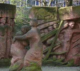 Skulptur: Block der Frauen, von Ingeborg Hunzinger erinnert an couragierte Solidaritätsaktion während der NS-Zeit.