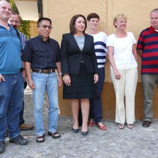 Die Senatorin, Dilek Kolat im Gespräch mit engagierten Bürgerinnen und Bürger im Weitlingkiez.