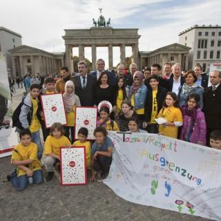 Mitglieder des Berliner Ratschlag für Demokratie bei Aktion vor dem Brandenburger Tor, 2012
