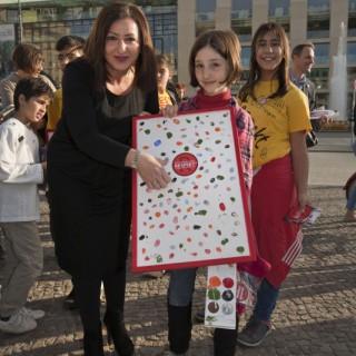 Die Senatorin für Arbeit, Integration und Frauen, Dilek Kolat, gibt ihren farbigen Beitrag zur Aktion.