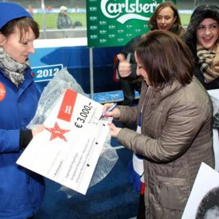 Dilek Kolat, Senatorin für Arbeit, Integration und Frauen, unterzeichnet den 1. Preis, welcher mit 3.000 € an das Team des Projektes Vergessene Biografien geht.