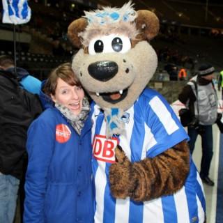 Das Hertha-Maskottchen herzt ein Ratschlagsmitglied (Magdalena Bienert).