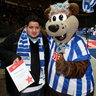 Das Hertha-Maskottchen gratuliert.
