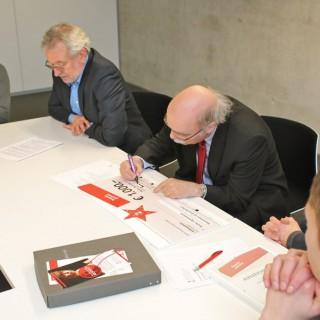 Prof. Dr. Andreas Nachama, Geschäftsführender Direktor der Stiftung Topographie des Terrors, bei der Unterzeichnung des Preises.