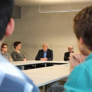 Die Preisträger und Preisträgerinnen vom Dathe-Gymnasium im Gespräch mit Mitgliedern des Berliner Ratschlag für Demokratie