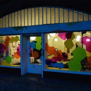 Ausstellung: 7xjung Flensburger Straße 3, S-Bahn-Bögen 416–422, direkt am S-Bahnhof Bellevue 10557 Berlin