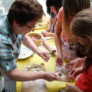 Mit Kindern aus dem Flüchtlingsheim Hellersdorf werden allerlei Köstlichkeiten gekocht.