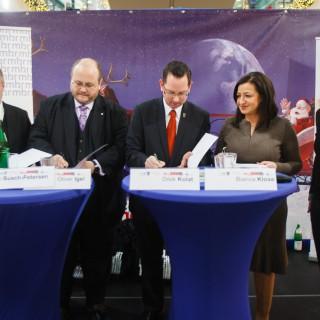 Unterschriften unter den Kooperationsvertrag im Zentrum Schöneweide.