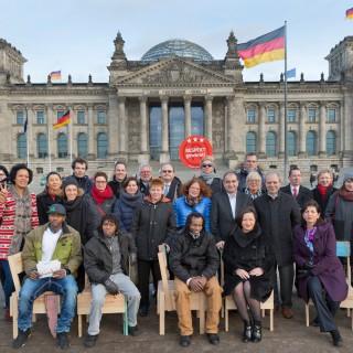 """Mitglieder des Berliner Ratschlag für Demokratie mit den Beteiligten der Flüchtlingsfirma Cucula bei der gemeinsamen Aktion """"Flüchtlinge haben einen Platz in unserer Mitte"""""""