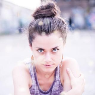 "Marianne Neumann, Sängerin der Band ""Berge"""
