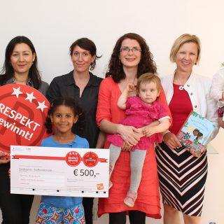 """Das Projektteam des Diversity-Kinderbuch """"Nelly und die Berlinchen"""" gewinnt den BSR-Sonderpreis im """"Respekt gewinnt!"""" Projektwettbewerb vom Berliner Ratschlag für Demokratie."""