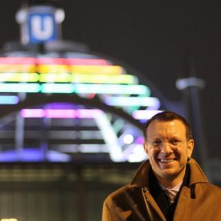 Kuppel des U-Bahnhofs Nollendorfplatz erstrahlt in Regenbogenfarben